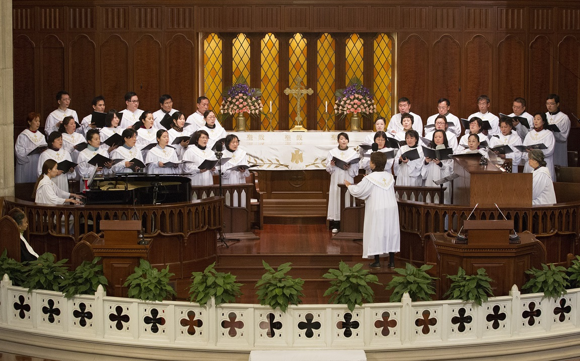 The choir sings during worship at Mu'en Church in Shanghai, China. Photo by Mike DuBose, UMNS.