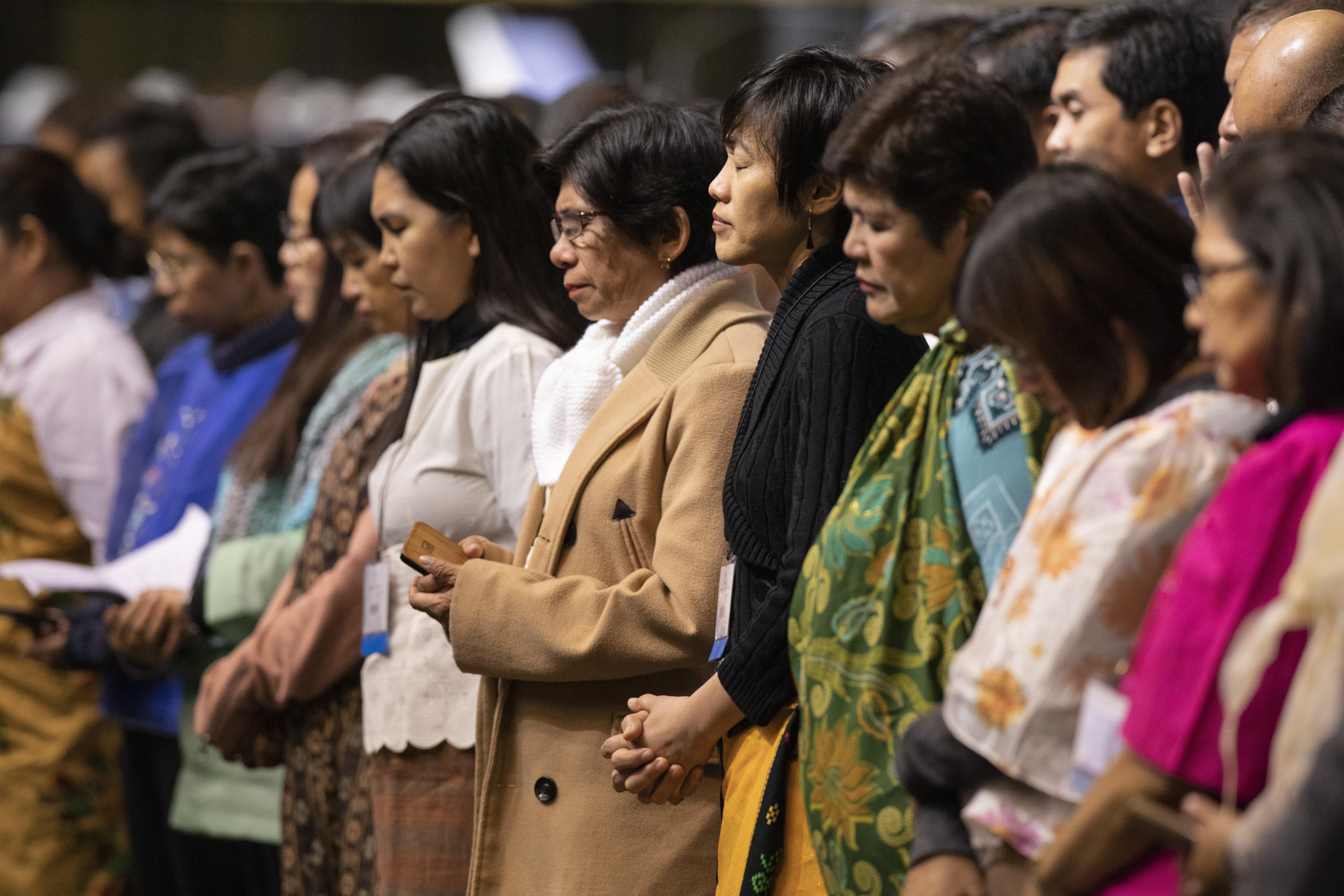 세인트루이스에서 열린 2019년 연합감리교회 특별총회 중 '기도의 날'에 필리핀 대의원들이 머리를 숙여 기도하고 있다. 필리핀 연합감리교인들은 2020년 총회에 교단 분리를 반대하고, 교단 일치를 촉구하는 입법안을 제출했다. 사진제공 캣 배리, 연합감리교뉴스.세인트루이스에서 열린 2019년 연합감리교회 특별총회 중 '기도의 날'에 필리핀 대의원들이 머리를 숙여 기도하고 있다. 필리핀 연합감리교인들은 2020년 총회에 교단 분리를 반대하고, 교단 일치를 촉구하는 입법안을 제출했다. 사진제공 캣 배리, 연합감리교뉴스.